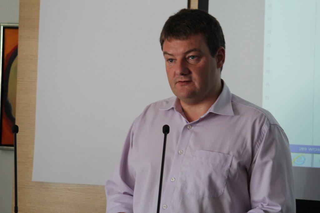 Magni Laksáfoss fra den færøske delegation præsenterede